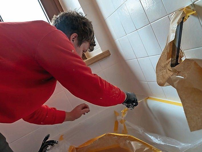 Abdeckmaterial und das Klebeband entfernen. Nach Durchtrocknung des Materials können Armaturen wieder angebaut werden.