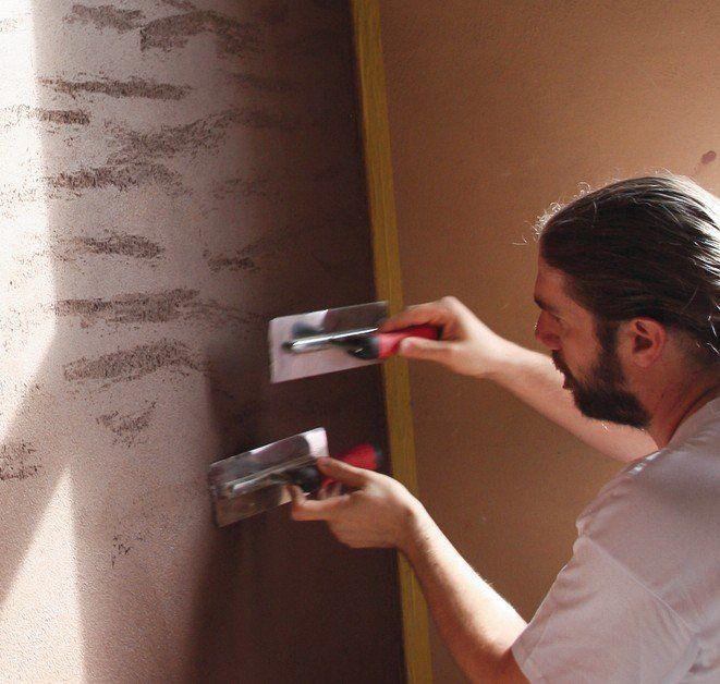 Sobald der Putz die richtige Festigkeit erreicht hat, wird die Oberfläche in kleinen, gleichmäßigen Schlägen mit der Kellenkante aufgerissen.