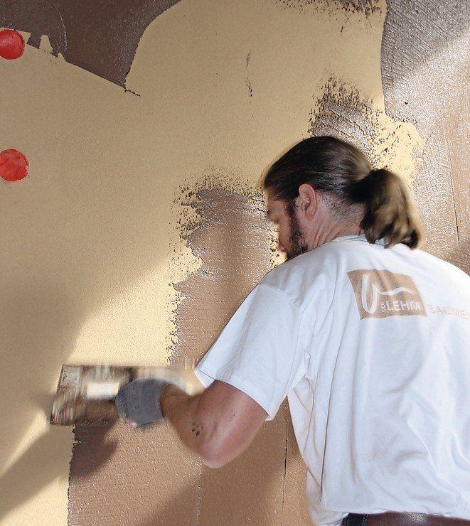 Der Lehmfeinputz wird in gleichmäßiger  Schichtdicke möglichst eben auf die Wandfläche aufgezogen.