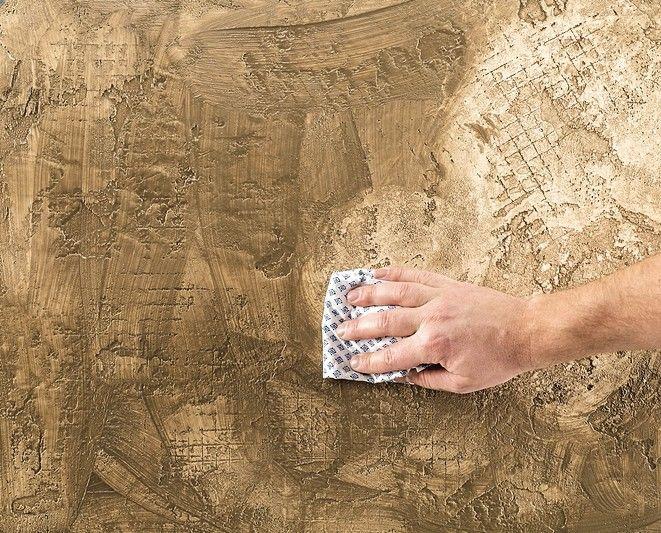 Um den Antik-Look zu unterstreichen, kann die Seife partiell wieder abgewischt werden. Die Putzstruktur wird dadurch betont.
