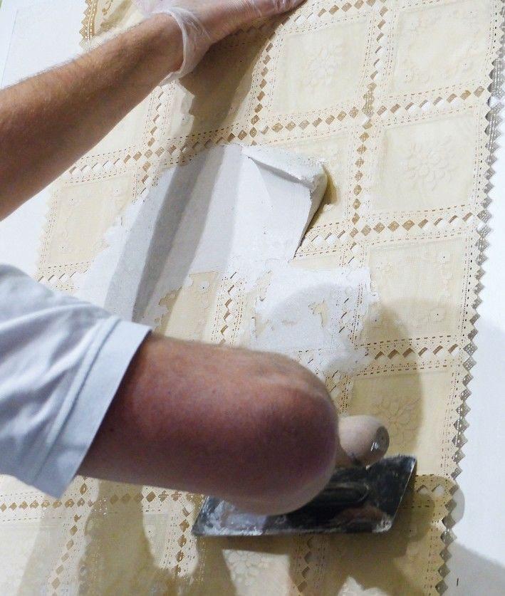 In den frischen Putz wird die Kunststoffschablone eingelegt und mit Putz überzogen.