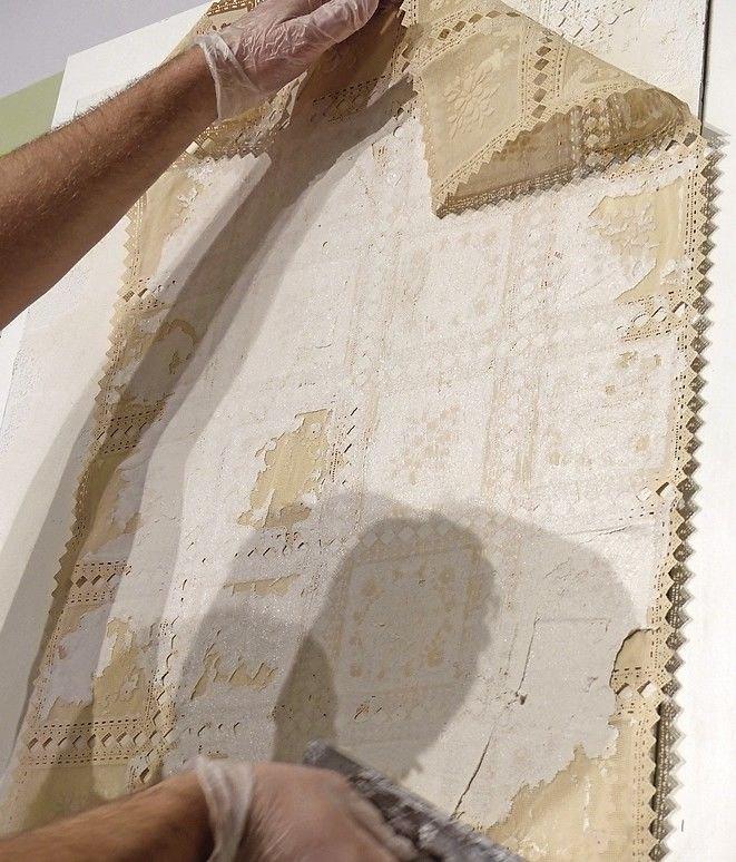 Die Schablone muss dabei nicht vollflächig überzogen werden; Fehlstellen lassen das Muster bruchstückhaft und damit antik erscheinen.