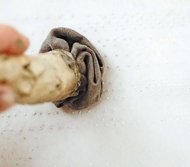 Mithilfe einer Lochpause und einem Kohlebeutel wird das Profil auf den Untergrund übertragen. Foto: Friederike Schulz