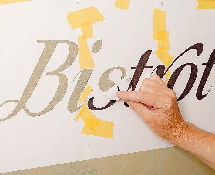 Die Schrift bzw. das gewählte Design wird aus dem selbst ausgeschnittenen Papier bzw. der geplotteten Klebefolie freigelegt.