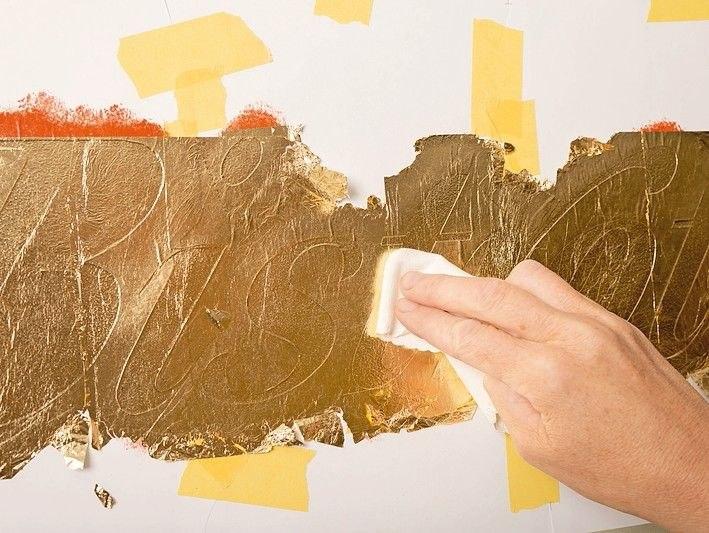 Anschließend poliert man das Metall mit einem weichen Poliertuch oder Watte, sodass es auch an den Kanten und schmalen Stegen gut haftet.