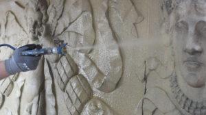Für die großflächige Fassadenreinigung kann Clean Galena im Spritzverfahren aufgetragen werden. Bildquelle: Remmers/Valerie Evrard