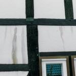 Farbausläufer an Fachwerkfassade