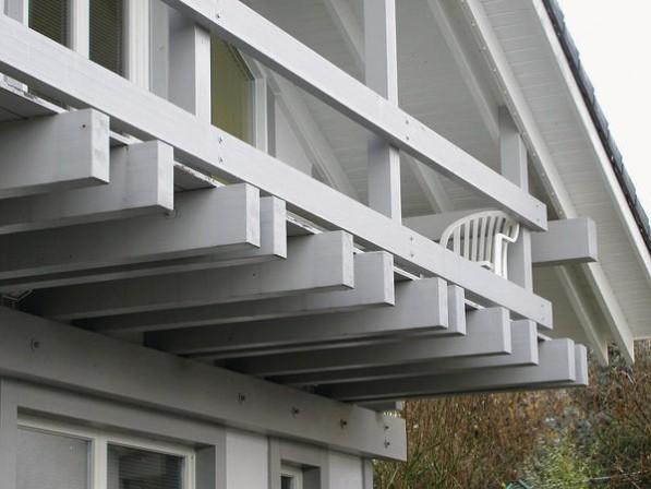 Falsche Konstruktion: Trotz eines Dachüberstands ragen die Enden tragender Bauteile mit waagrechten Flächen zu weit heraus. Foto: Dyrup