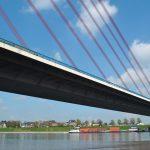 Die_Fleher_Brücke_führt_die_Autobahn_46_über_den_Rhein.__