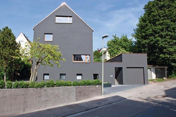 Der Trend Zu Intensiven Farbtönen An Fassaden Im Zuge Energetischer  Sanierung Ist Steigend. Ein Interessantes Beispiel Entstand In Stuttgart.