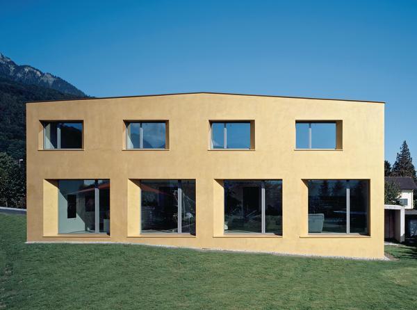 Schön Wie Ein Wertvoller Stein Liegt Das Goldfarbene Einfamilienhaus In Der  Schweizer Landschaft.