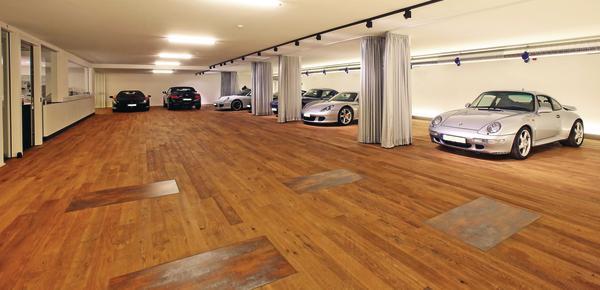 Parkett In Der Garage Edle Und Exklusive Sportwagen Parken In Einer  Eleganten Villa