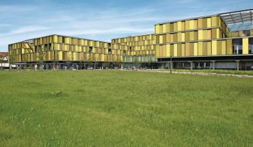 Das Rems-Murr-Klinikum in Winnenden prägt der von den Architekten konzipierte Dreiklang aus frischem Grün, Gelb und Orange.