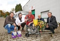 Mit seinen Partnern von der MEG Rhein Ruhr und dem Beratungsteam von Sigma freuen sich Malermeister Andreas Glaubitz (Mitte) und seine Frau über das neue Spritzgerät. Foto:PPG Coatings