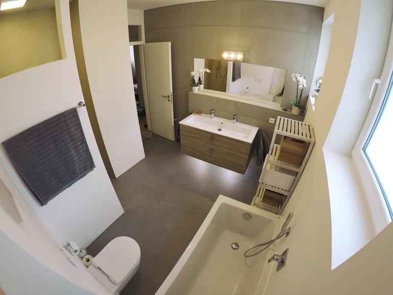 quallen im badezimmer malerblatt online. Black Bedroom Furniture Sets. Home Design Ideas