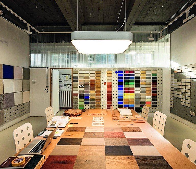 rund 400 handwerklich gestaltete oberfl chen zeigt das haus der farbe in einer mustersammlung. Black Bedroom Furniture Sets. Home Design Ideas