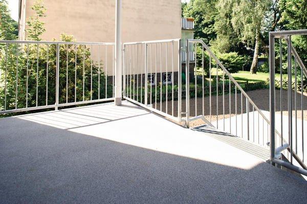 witterungsbest ndig balkone und terrassen einer wohnanlage wurden wetterfest gemacht. Black Bedroom Furniture Sets. Home Design Ideas