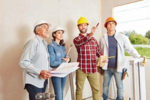 Vorarbeiter_und_Architekten_planen_als_Team_zusammen_Hausbau