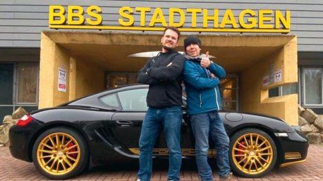 Andreas_und_Viktor_mit_Porsche_vor_der_BBS.jpg