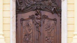 Schleißheim,_Neues_Schloss,_bildhauerische_Kopie_(2018)_des_Eichenholzportals_von_Ignaz_Günther_1763