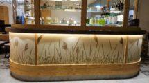 Schilf und Wasserpflanzen aus der Umgebung des Hotels wurden in die Wadbeläge eingearbeitet.
