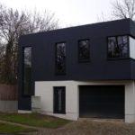 Ausblühungen auf dunklen Fassadenfarben vermeiden