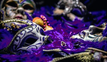 Female_carnival_mask_on_blue_feather_background