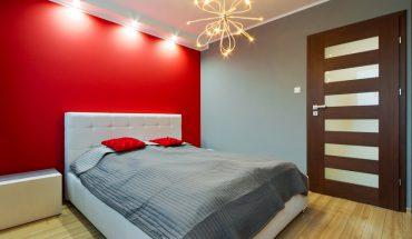 Modernes Schlafzimmer mit Farbakzent in rot