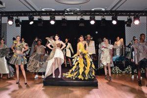 """Beim """"Malerball 2019"""" der Maler- und Lackiererinnung Düsseldorf präsentierten Studentinnen und Studenten des Düsseldorfer Fashion Design Instituts Mode aus Tapeten."""