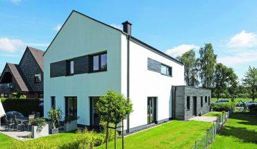 Gartenseite_des_giebelständigen_KfW-40-Einfamilienhauses_mit_Anliegerwohnung._Foto_Rathscheck_Schiefer